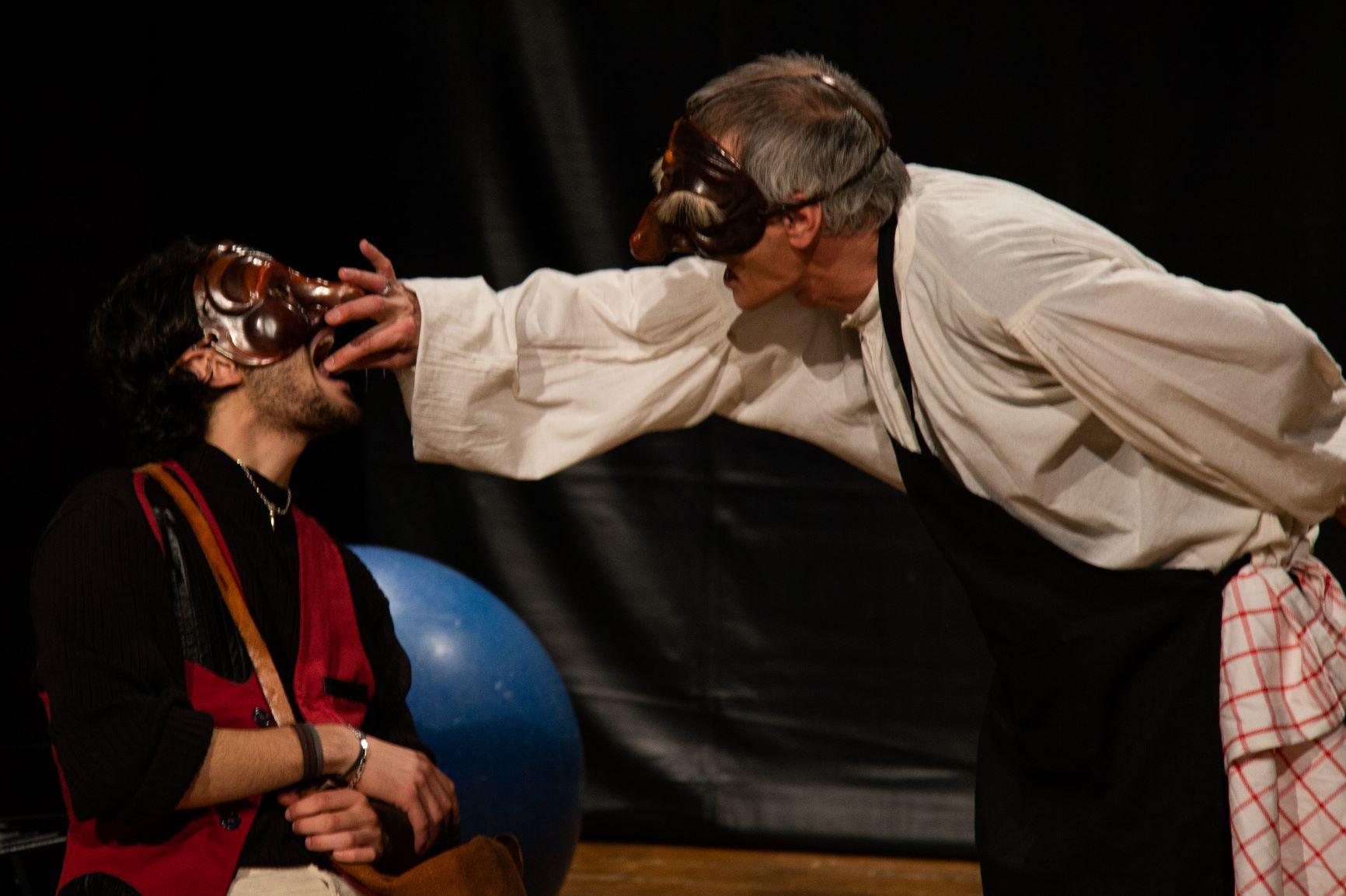 Dialogo tra Prometheu e Sisifou intorno al fegato con le cipolle
